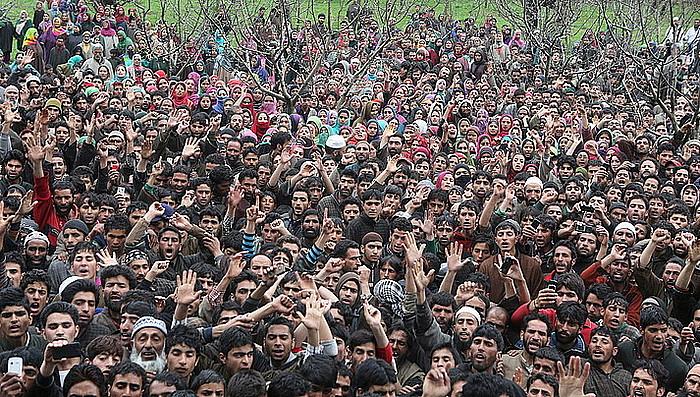 Kaxmirgo ustezko militante musulman baten ehorzketa, aurten. Egoera zertxobait baretu arren, borrokek ez dute etenik Indiaren menpeko Kaxmirren. / F. KHAN / EFE