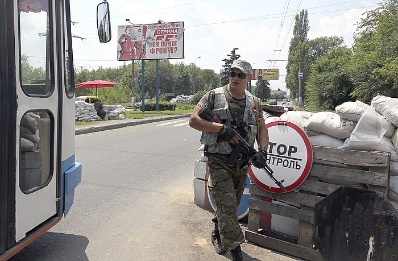 Matxino bat, kontrol postu batean, atzo, Donetsketik gertu.