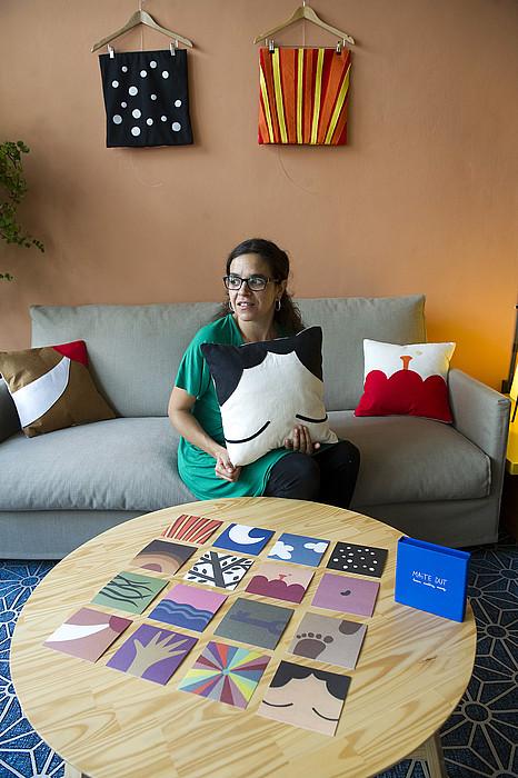 Lorena Martinez, Apal dendako erakusketako ilustrazioekin. ©J. C. RUIZ / ARP