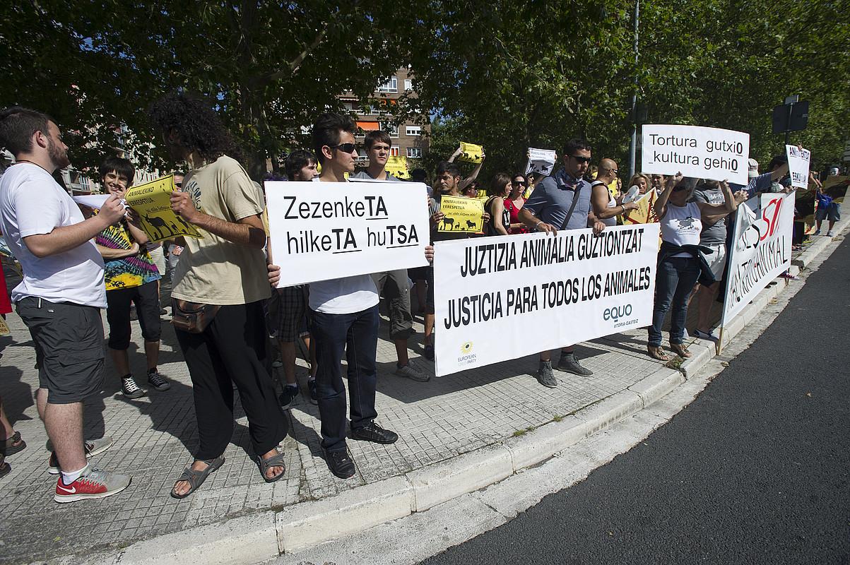 Zezenketen aurka ATEA elkarteak atzo Gasteizen egindako elkarretaratzea.