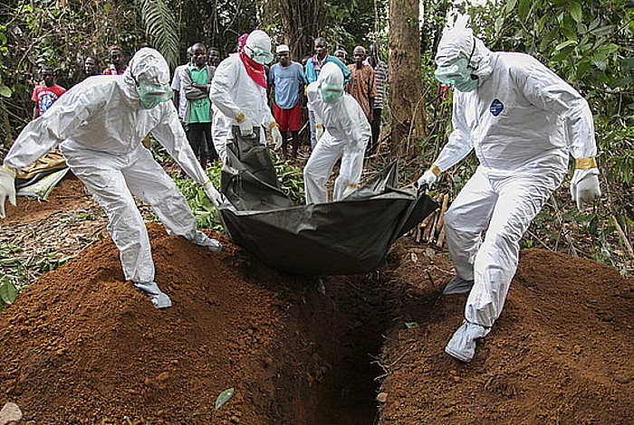Liberiako erizainak, Ebola birusaren biktima bat lurperatzen.