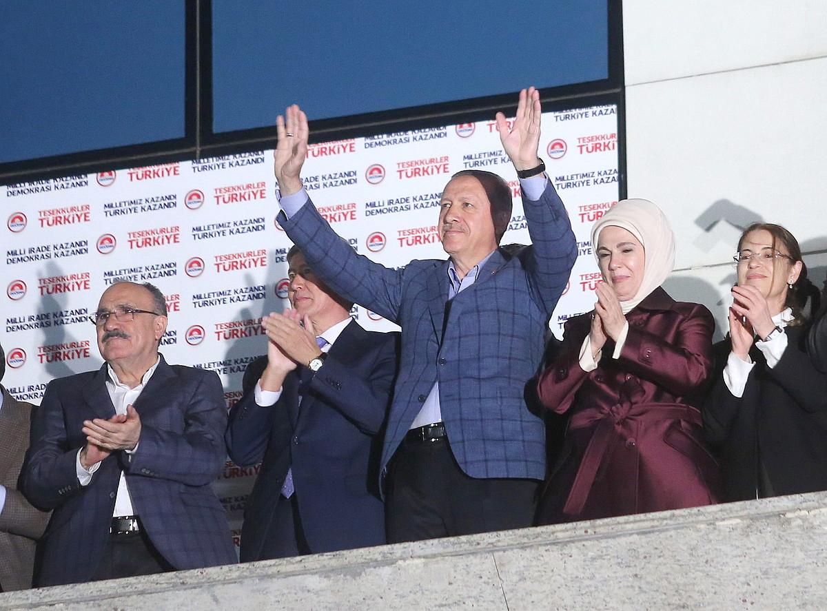 Recep Tayyip Erdogan, Turkiako presidentetzarako bozen garaipena ospatzen.
