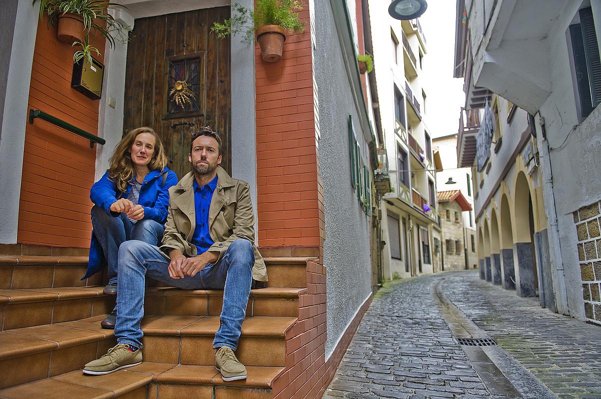 Marian Fernandez Pascal eta Koldo Almandoz, Pasai San Pedroko kale estu bateko bebarru bateko eskaileretan eserita. / JUAN CARLOS RUIZ / ARGAZKI PRESS