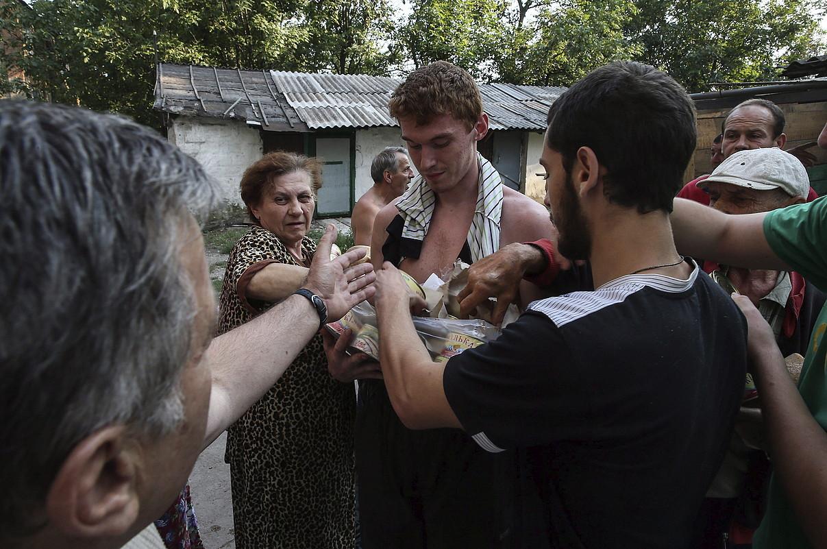 Donetsk inguruko herritarrak, elikagaiak jasotzen.