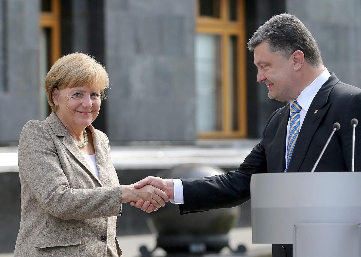 Angela Merkel Alemaniako kantzilerra eta Petro Poroxenko Ukrainako presidentea, atzo, Kieven.