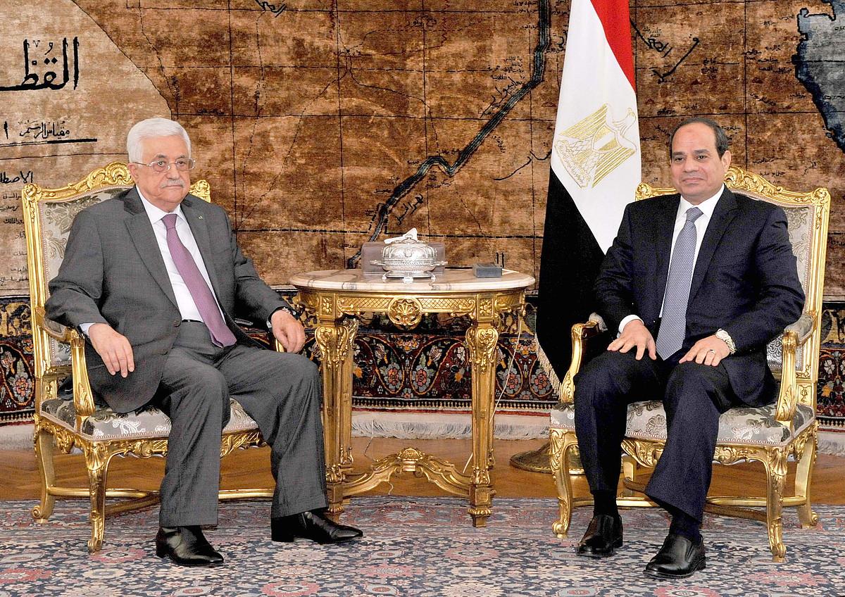 PANeko buru Mahmud Abbas, Egiptoko presidentearekin, atzo, Kairon.