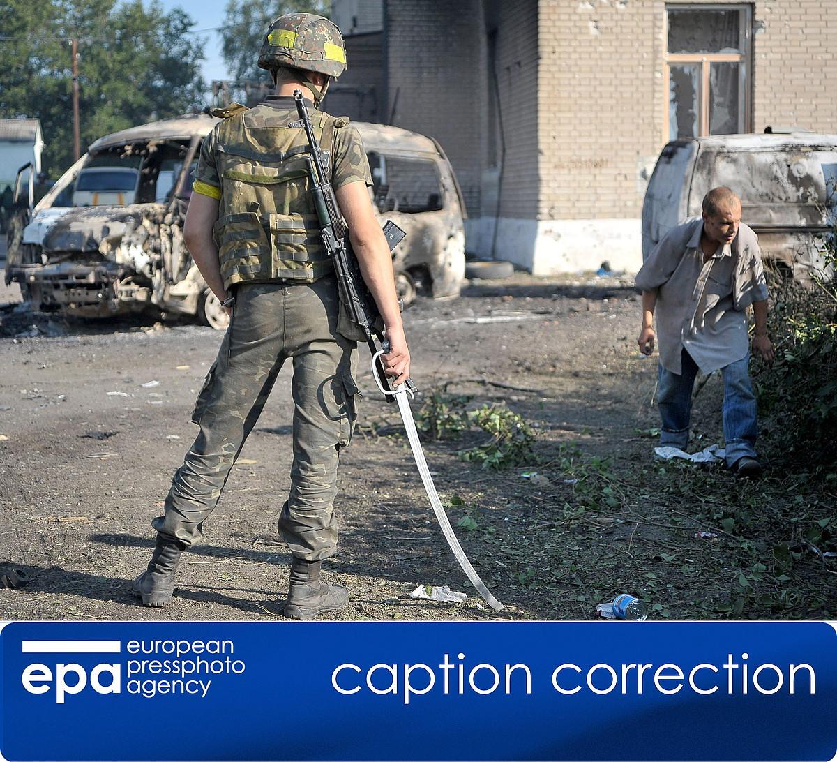 Soldadu ukrainar bat, atxilotutako matxino bat zelatatzen, Ilovainsken, Donetsk eskualdean.