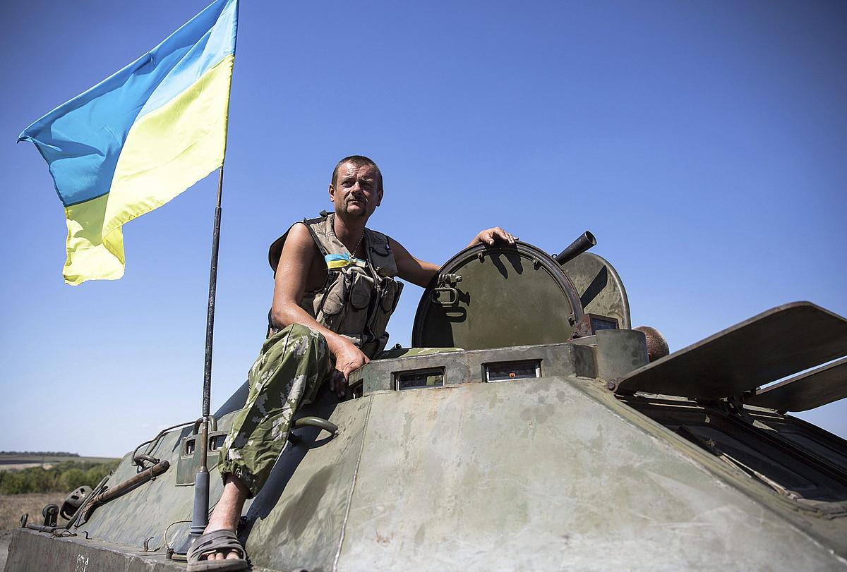 Ukrainako soldatu bat, tanke batean, atzo, Donetsk eskualdean.