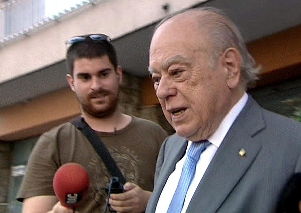 Jordi Pujol, herenegun, Bartzelonan daukan etxetik irteten.