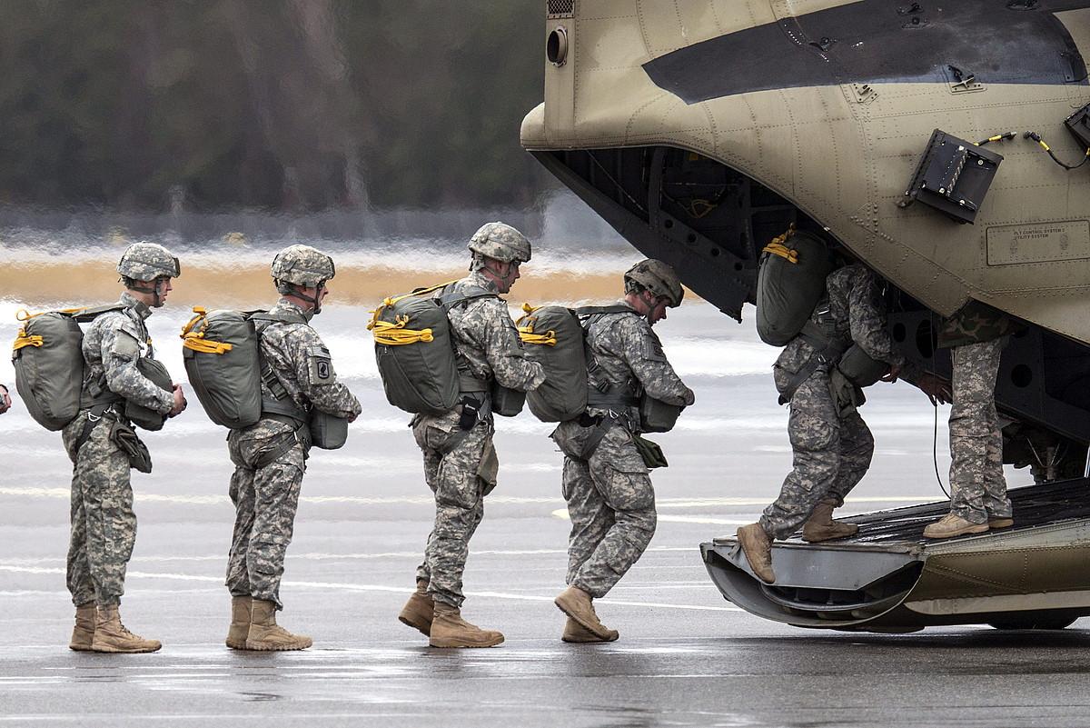 AEBetako armadako paraxutista talde bat helikoptero batera igotzen, Grafenwoehrreko base militarrean, Alemanian.