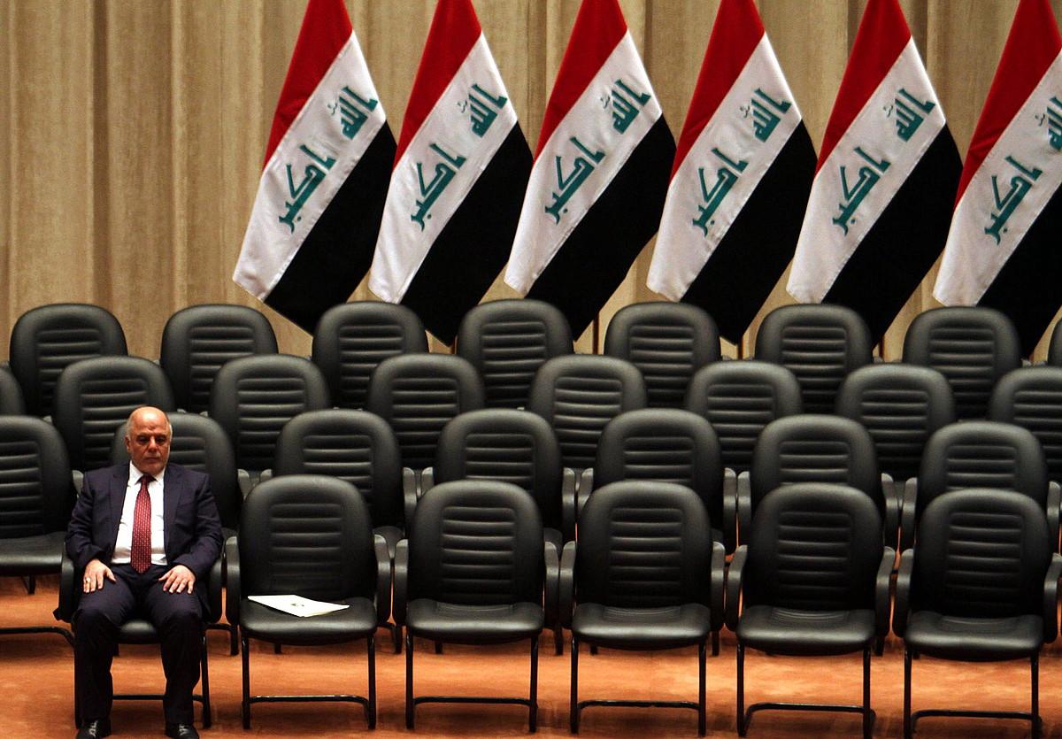 Haider al-Abadi Irakeko lehen ministroa, gainerako ministroen zain, gobernu berriaren aurkezpenean, herenegun, parlamentuan.