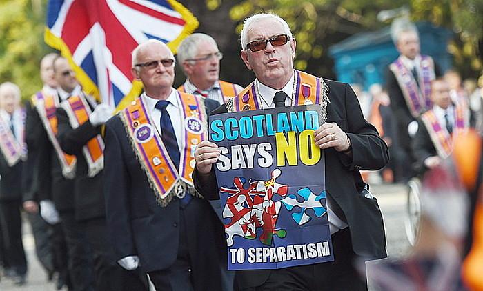 Milaka orangistak ezezko botoa eskatu zuten atzo Edinburgoko desfilean, baina <em>Better Together</em> kanpainak ez zion babesik eman, kontrako eragina izan zezakeelako.</em> / ANDY RAIN / EFE