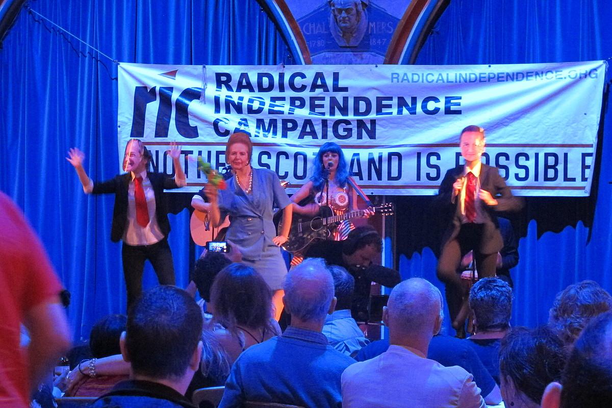 Parodiak eta musika emanaldiak tartekatu zituen RICek ostiraleko ekitaldi internazionalistan; argazkiko dantzariek Margaret Thatcherren eta David Cameronen maskarak daramatzate. / BERRIA