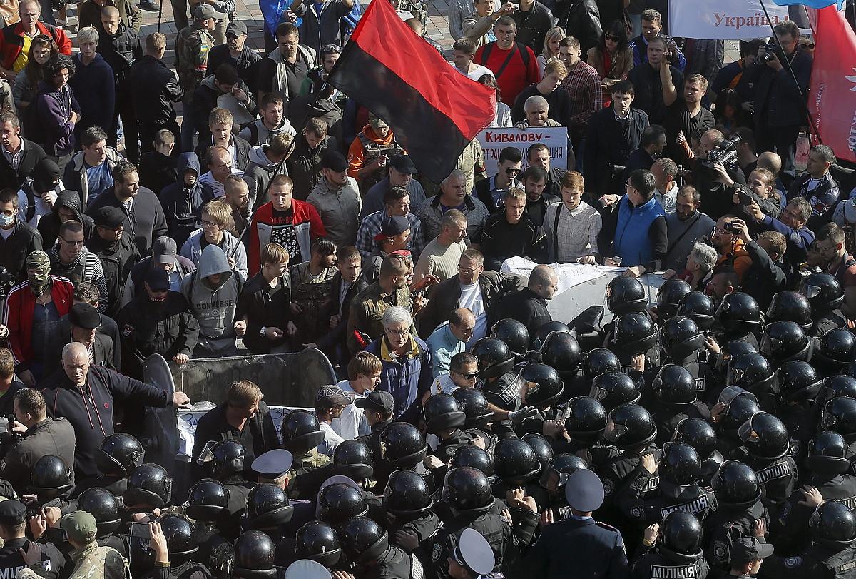 Eskuin muturra eta Polizia aurrez aurre, atzo, Kieven.