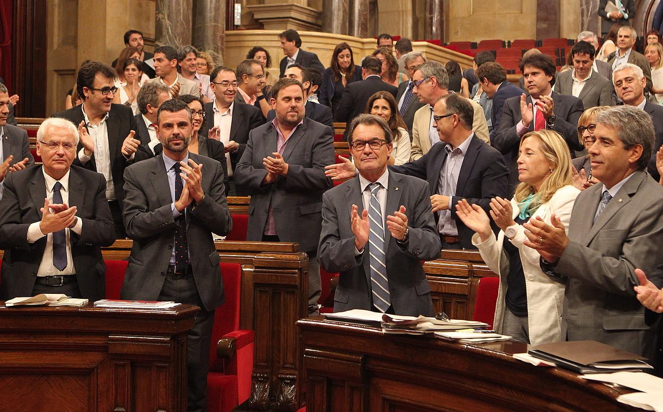Artur Mas Kataluniako presidentea, eta Oriol Junqueras ERCko burua, atzean, atzoko saioan.