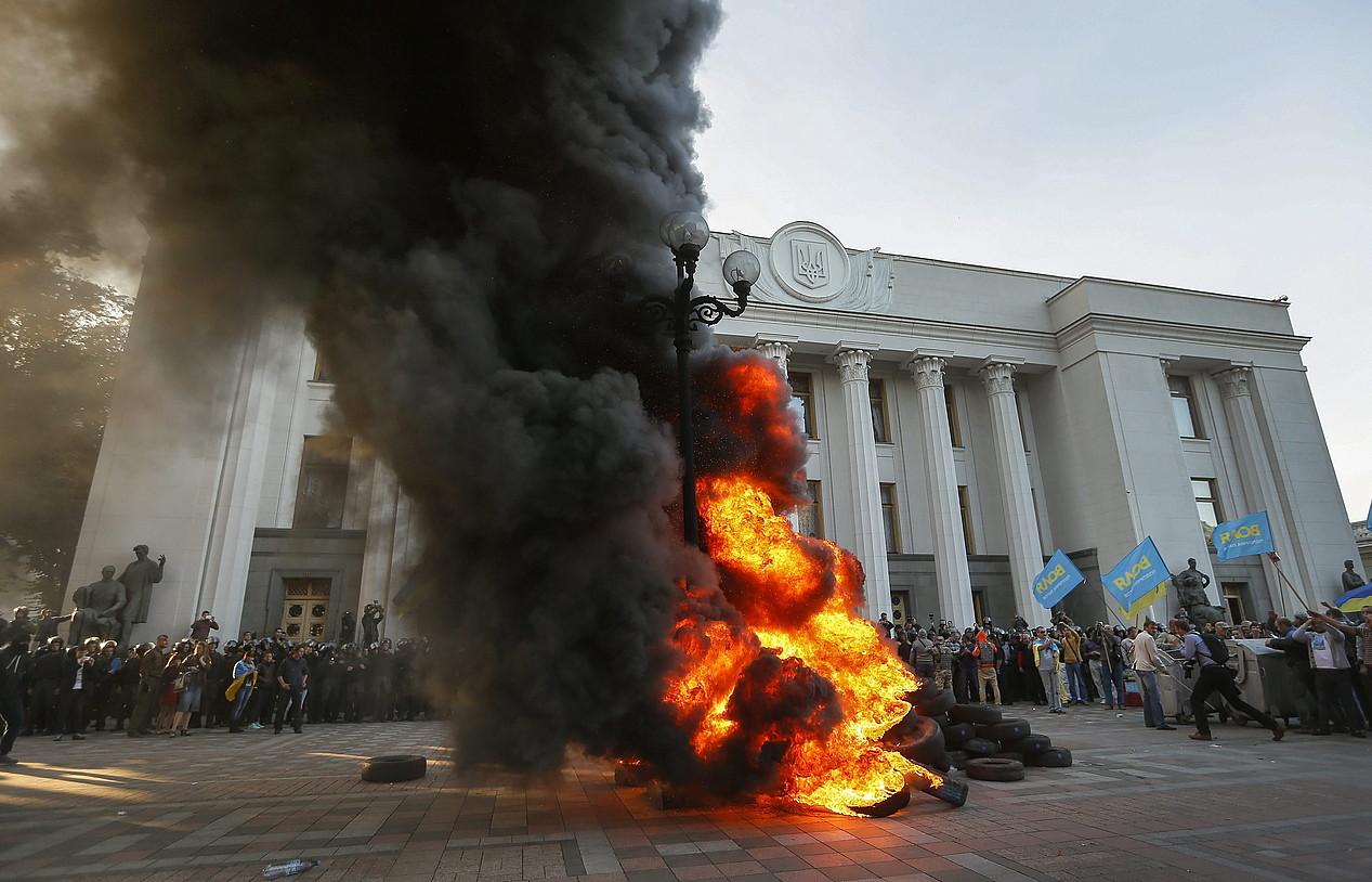 Autogobernuaren kontrako protesta, atzo, Kieven, parlamentuko atarian.