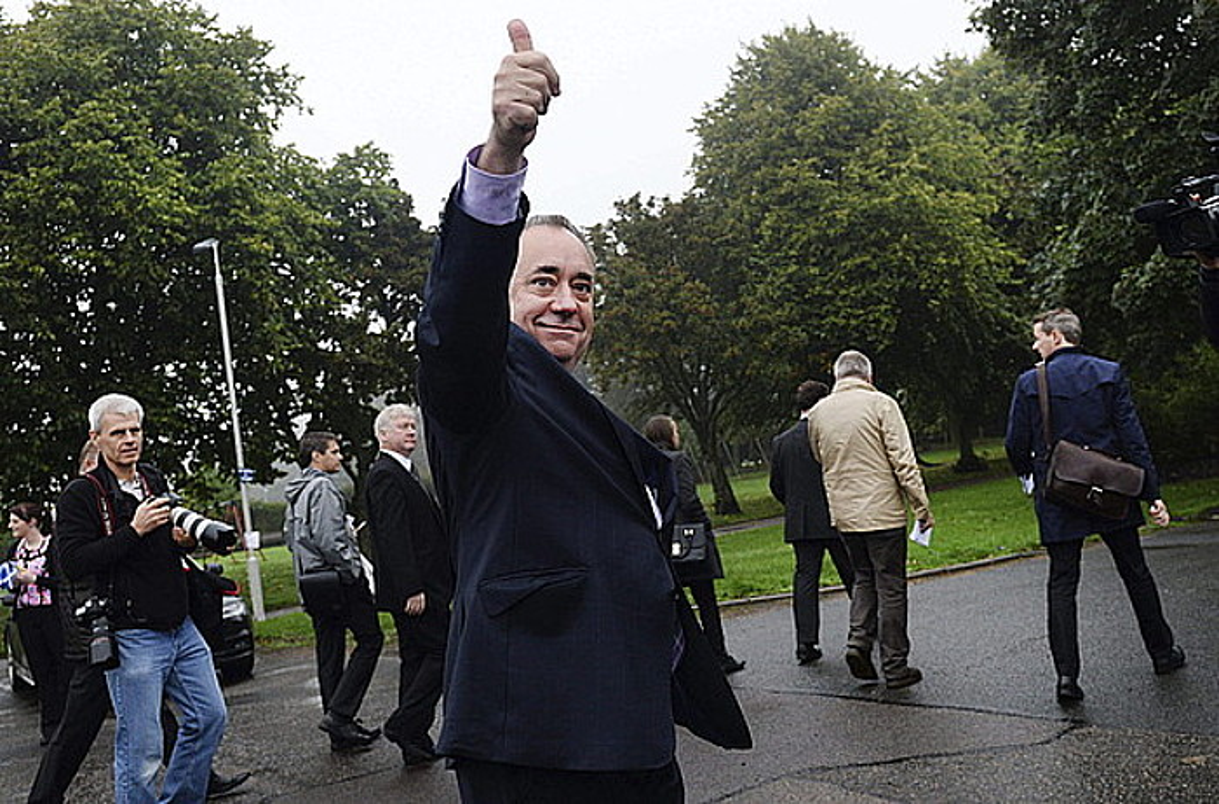 Alex Salmond Eskoziako lehen ministroa, garaipenaren keinua egiten, Strichenen botoa eman ondoren. / ANDY RAIN / EFE