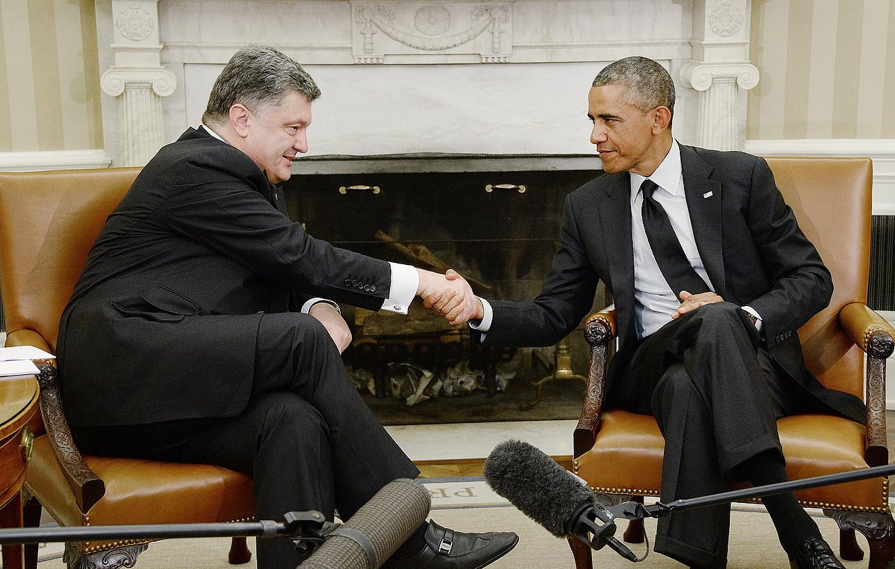 Petro Poroxenko eta Barack Obama elkarri eskua ematen, atzo, Etxe Zurian.
