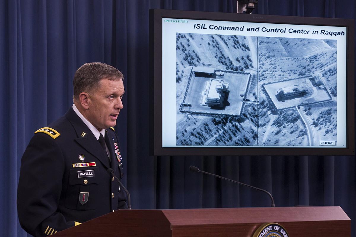 William Mayville AEBetako armadaren ordezkaria Siriako erasoaren inguruko azalpenak ematen, atzo.