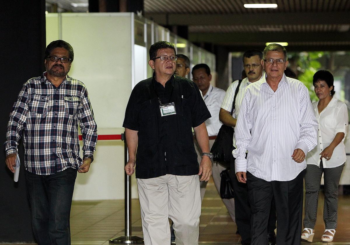 FARC Indar Armatu Iraultzaile Kolonbiarretako ordezkariak, herenegun, Habanako Konbentzioen Jauregira iristen.