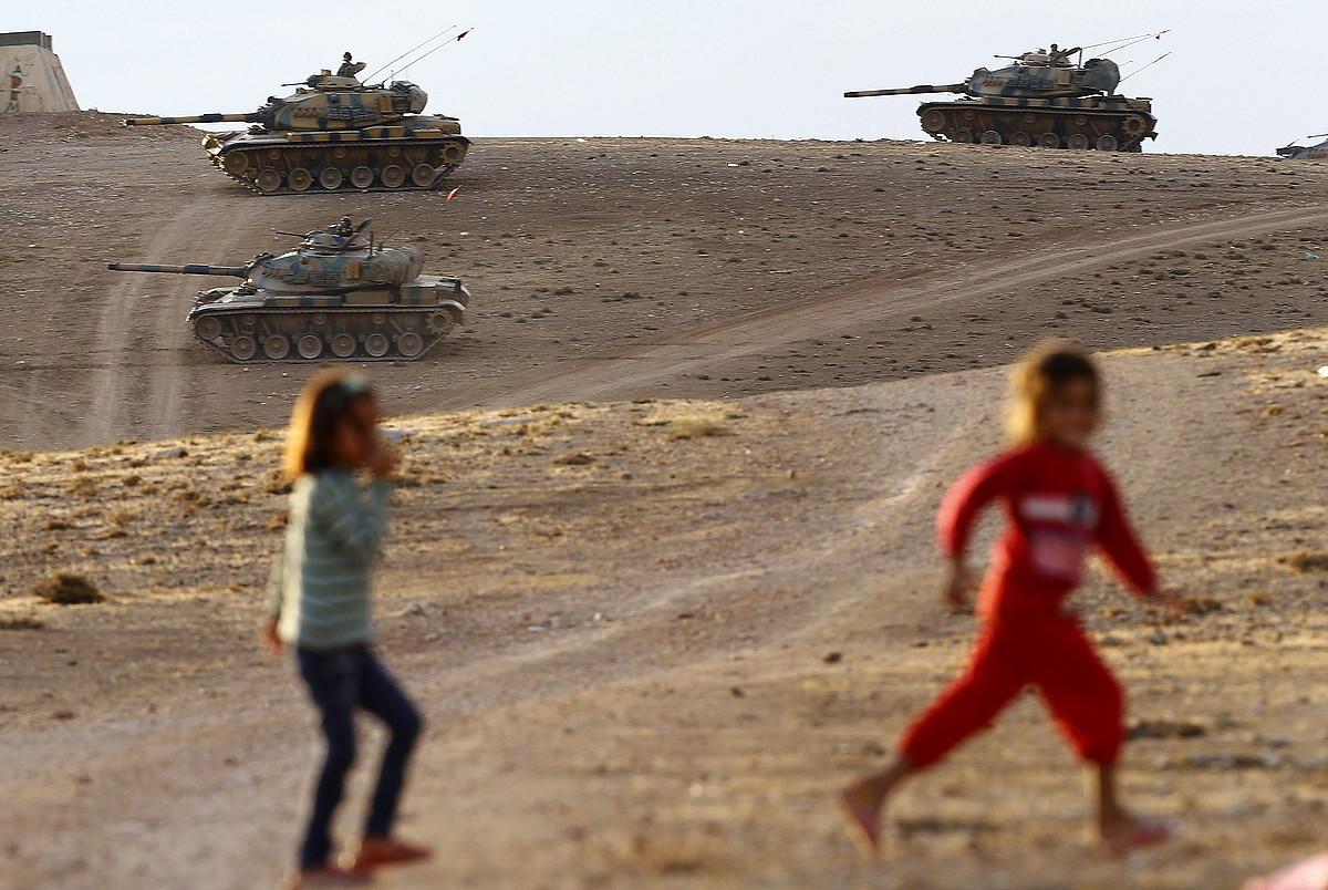 Turkiak tankeak kokatu ditu Kurdistan banatzen duen mugan, Siriaren aldeko Kobane hirira begira.