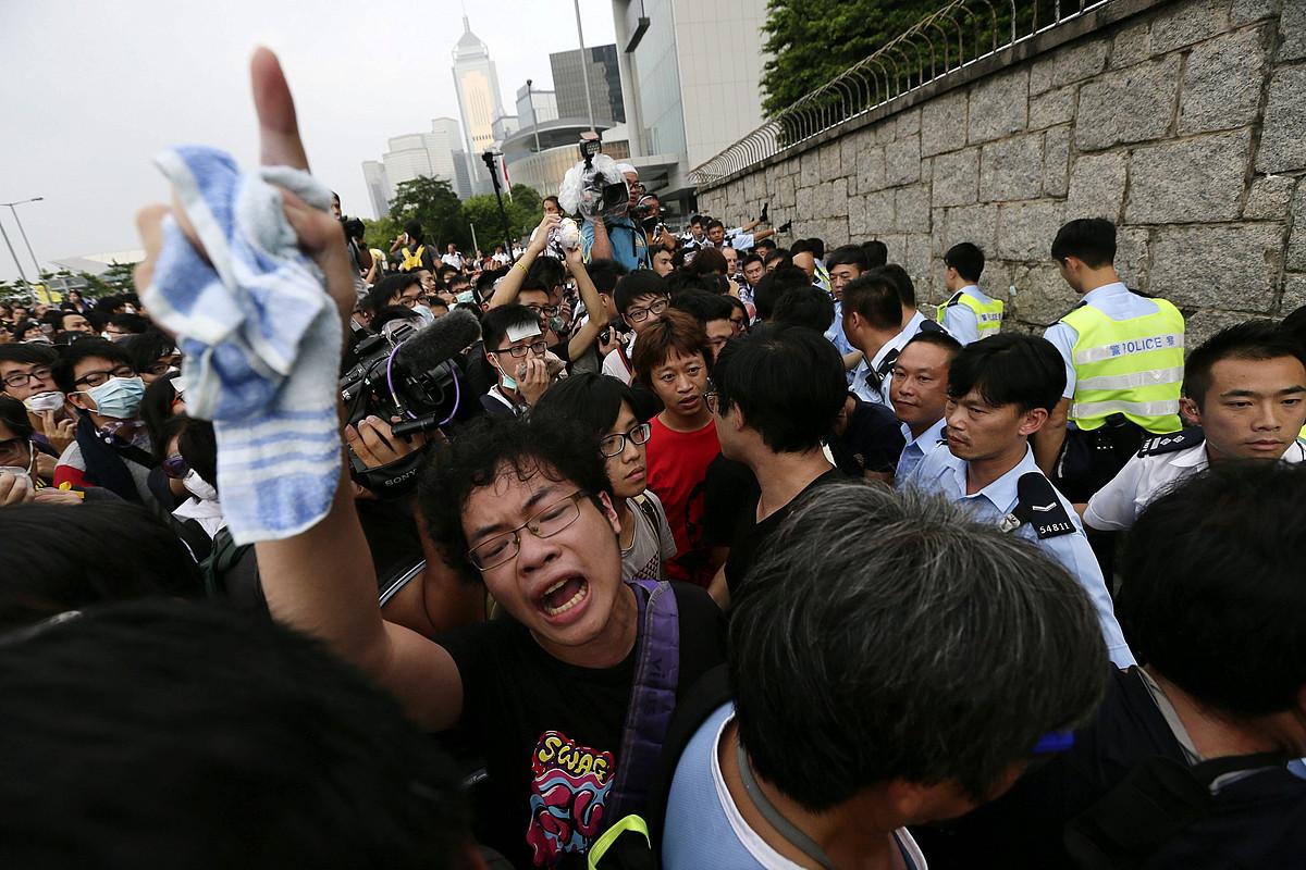Occupy Central-eko manifestariak, Hong Kongeko Gobernuaren egoitza aurrean.