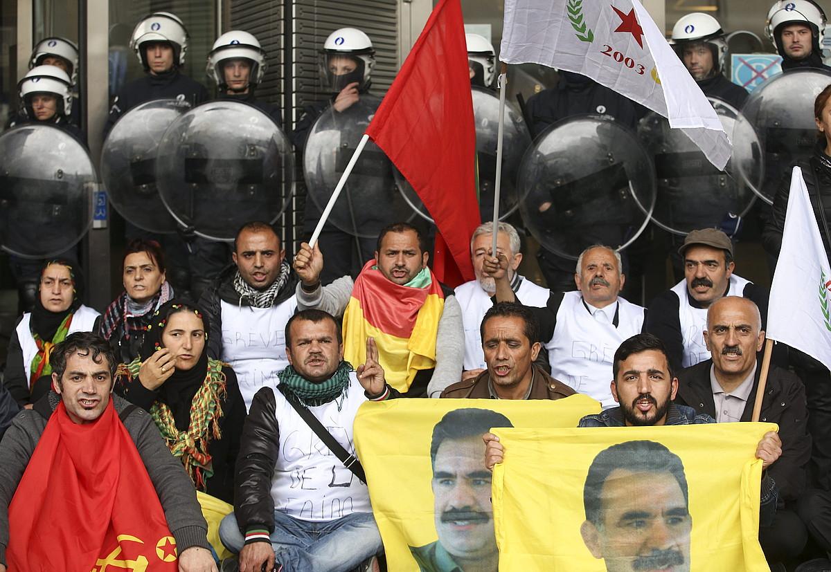 Manifestari kurduen protesta Europako Parlamentuan, atzo, Bruselan.