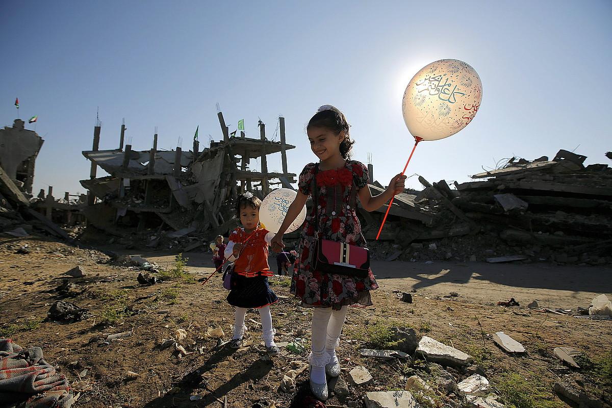 Haur palestinarrak Gaza hiriko auzo batean. 50 eguneko gerrak birrinduta utzi du eskualdea, eta 100.000 lagun geratu dira etxerik gabe.