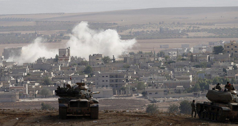Turkiako armadako soldaduak, ibilgailu blindatuetan, Kobane hiri kurduaren ondoan Siriako muga zaintzen.