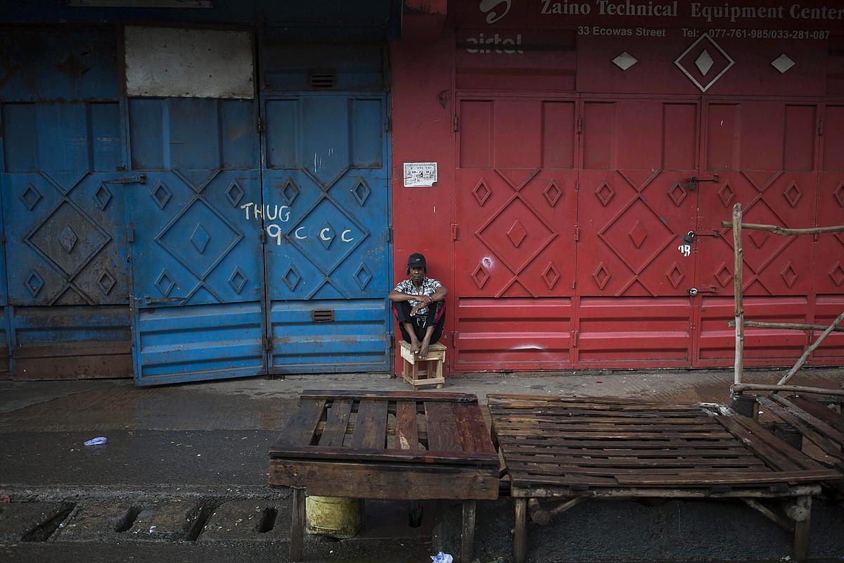Gizon bat, Sierra Leonako Freetown hiriko bazter batean, kaleak hutsik direla, ebolaren hedapena saihesteko gobernuak ezarritako hiru eguneko etxeratze aginduari muzin eginda, irailean.