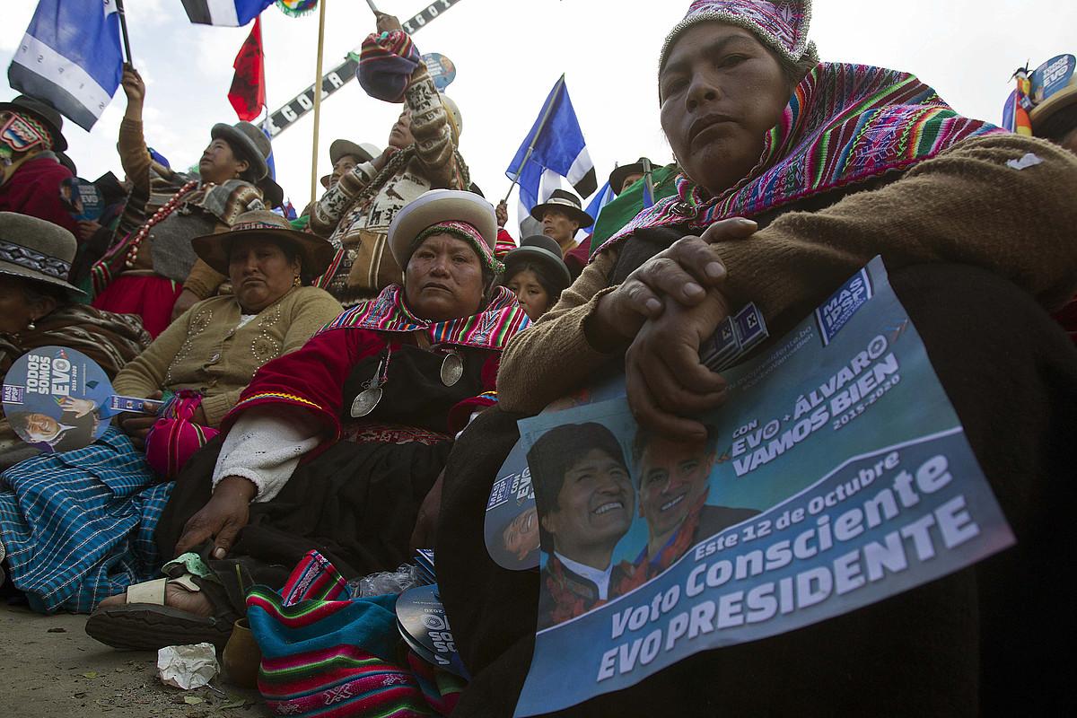 Moralesen MAS alderdiaren jarraitzaileak presidentearen mitin batean, joan den asteazkenean, El Alton, Bolivian.