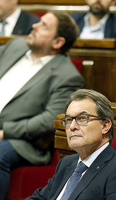 Artur Mas Kataluniako presidentea eta, atzeko planoan, Oriol Junqueras ERCko burua, atzoko saioan.