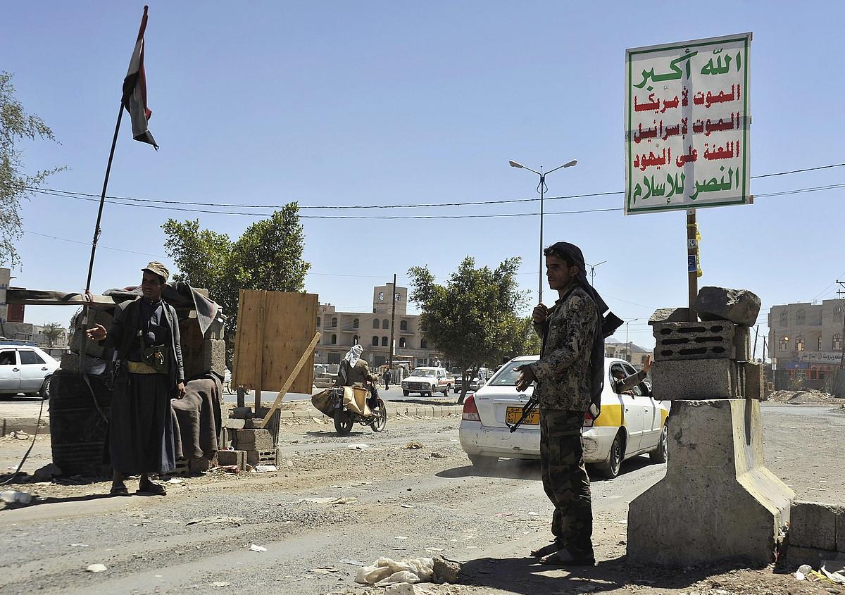 Huti mugimenduko miliziano xiiten kontrol postu bat, atzo, Sana hiriburuan.