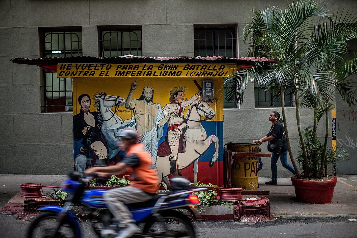 Caracasko 23 de Enero auzo mitikoan babes handia zuen Hugo Chavez zenak.