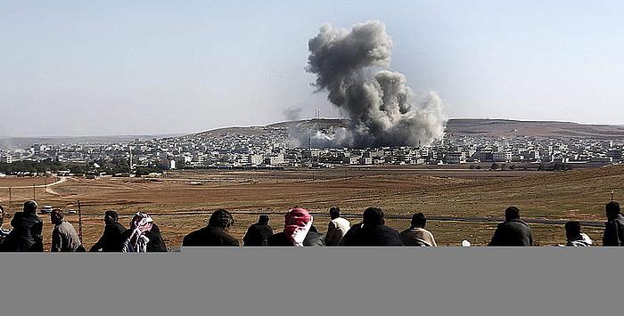 Kurdistanen Turkiako aldean egunero zuzenean ikusten dituzte Siriaren aldeko Kobane hiriko borrokak.