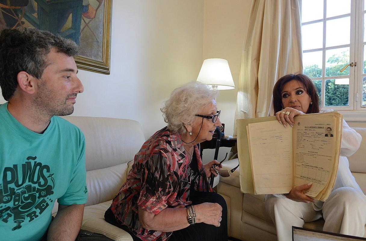 Cristina Fernandez Argentinako presidentea, Estela de Carlotto eta haren biloba Guido Montoyarekin, ostegunean.