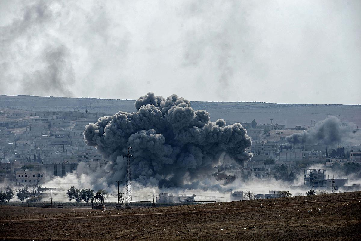 Leherketa bat Siriako kurduen Kobane hirian, atzo, Turkiaren menpeko Kurdistandik ikusita.