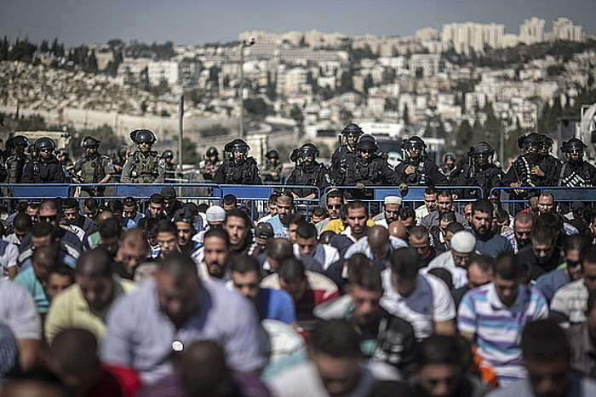 Palestinarrak Jerusalem Ekialdeko meskita batean errezoan, Israelgo Poliziak kontrolatzen dituela. Hainbat istilu izan dira han azkenaldian.