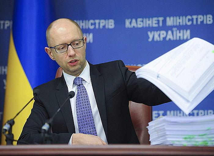 Arseni Jatseniuk lehen ministroak gobernua osatzeko proposamenen berri eman die hedabideei.