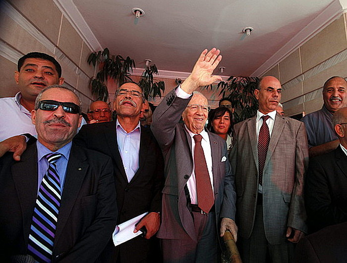 Nida Tunis alderdiko buruzagi Beji Caid Essebsi, jarraitzaileak agurtzen, joan den asteartean.