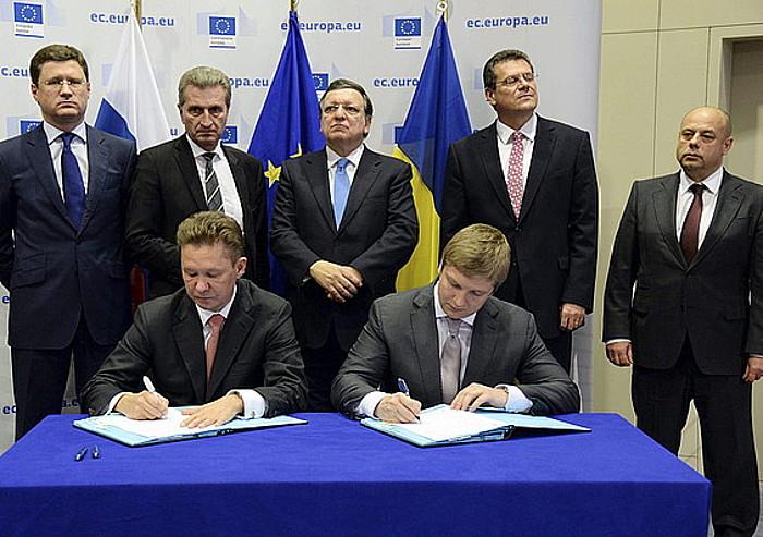 Gazprom eta Naftogazeko aholkulari nagusiak, Bruselan, akordioa sinatzen.