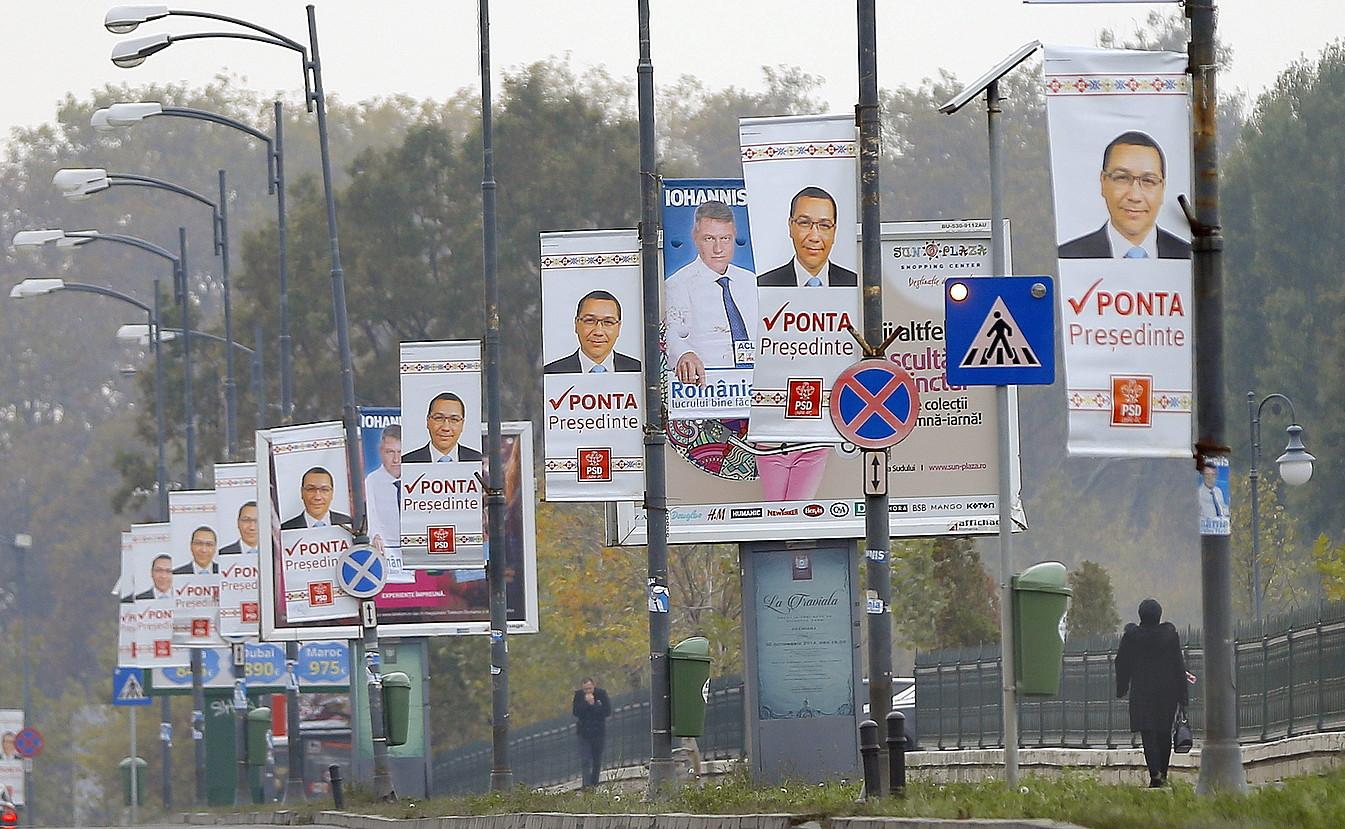 Ponta sozialdemokrataren aldeko afixak, Bukaresten; Iohannis liberalaren aldeko pare bat ere ageri dira tartean.