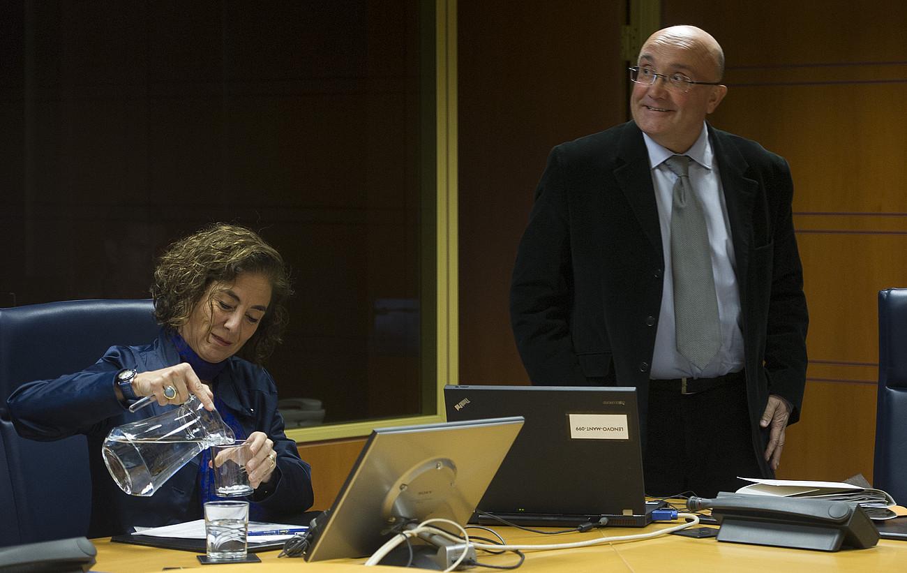 Cristina Uriarte eta Patxi Baztarrika, atzo, Eusko Legebiltzarreko agerraldian. / RAUL BOGAJO / ARGAZKI PRESS