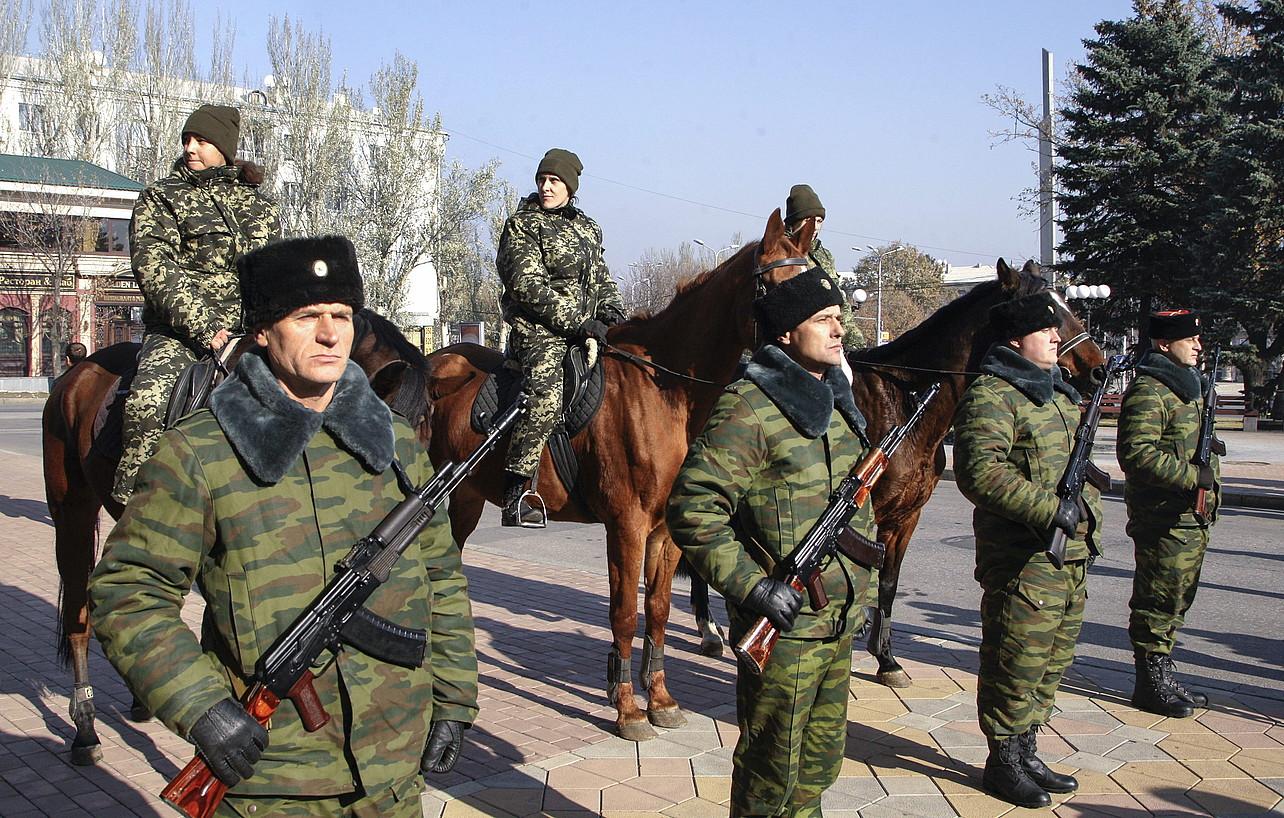Donetskeko Herri Errepublikaren milizianoak zaintza lanetan, Zakhartxenko presidentearen kargu hartzean, Donetsk hirian.