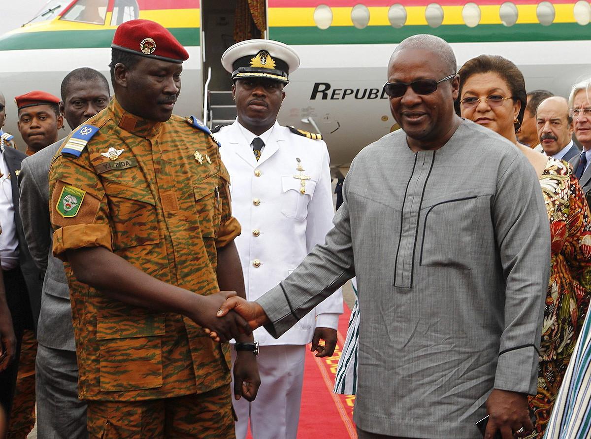 Burkina Fasoko armadako Isaac Yacuba Zida koronela Ghanako presidentearekin elkartu zen herenegun.