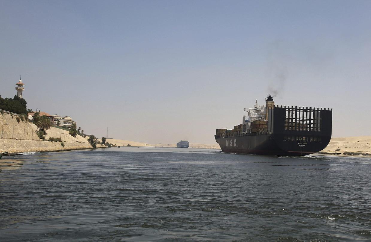 Kargaontzi bat Suezko ubidea zeharkatzen, Ismailia inguruan. Kanal berria zaharraren paraleloan hasi dira eraikitzen.