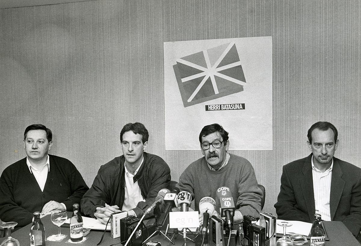 Patxi Zabaleta, Adolfo Araiz, Jon Idigoras zena eta Iñaki Aldekoa, 1991n, HBren prentsaurreko batean.