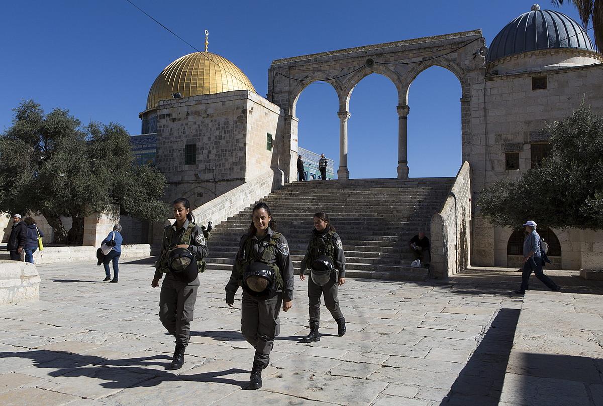 Israelgo poliziak, Meskiten Zelaietan, atzo, Jerusalemen.