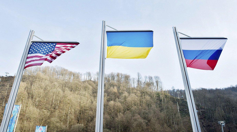 Ukrainako bandera, AEBetakoaren eta Errusiakoaren artean, artxiboko irudian.