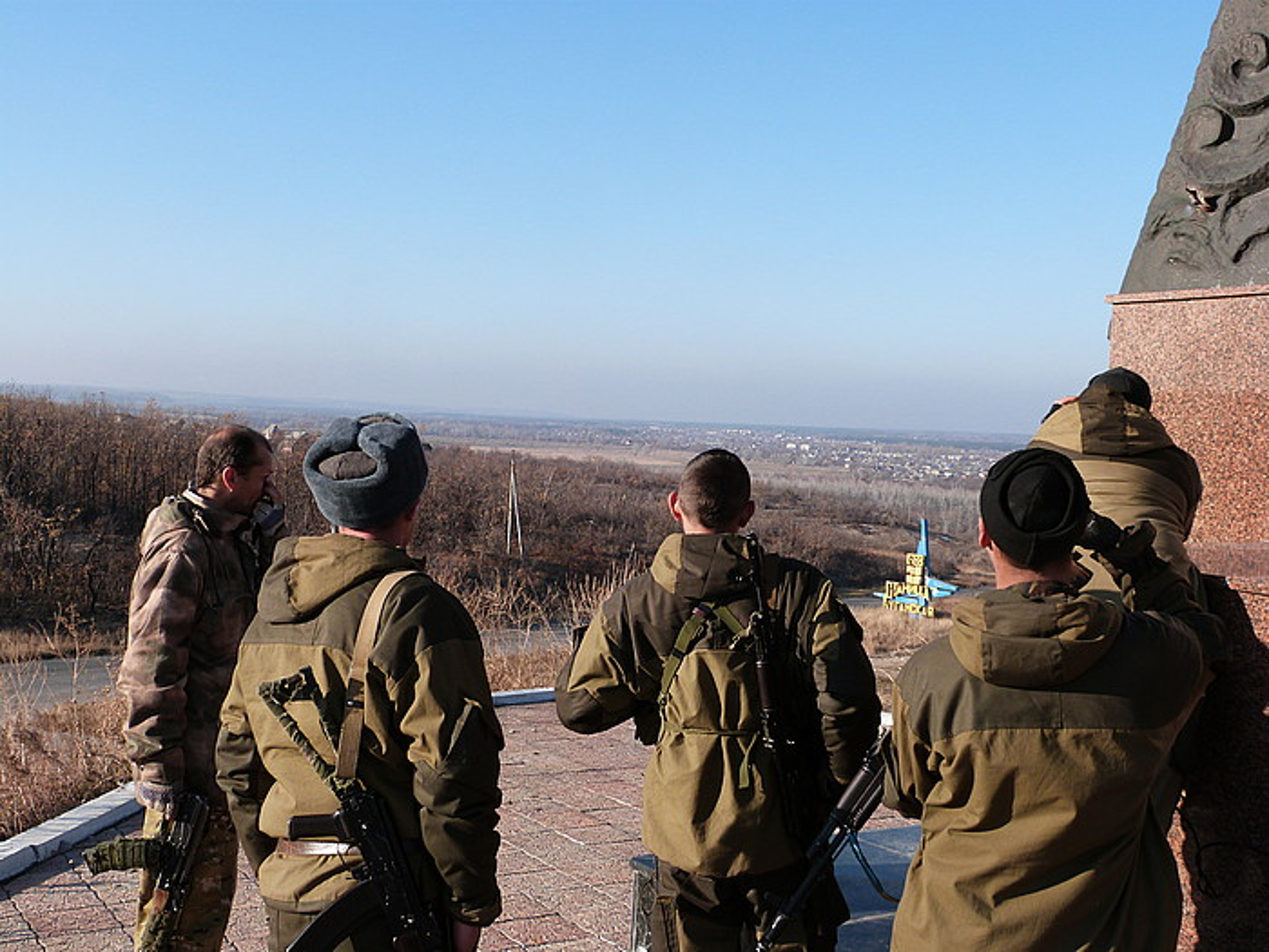 Luhanskeko frontea Luhansk hiriburutik hamabost kilometrora dago, Stanitxa Luhanskaia herrian. Irudian, milizien zaintza postua.